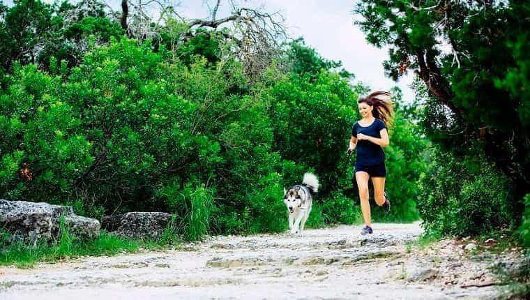 Mujer caucásica, funcionamiento, con, perro