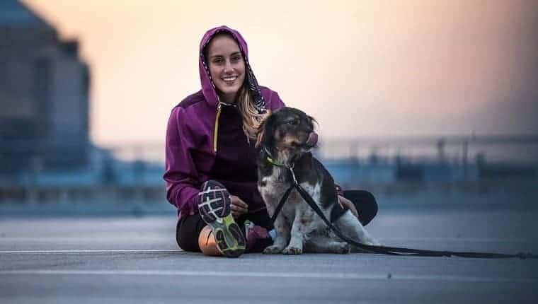 Retrato de un joven atleta en un entorno urbano