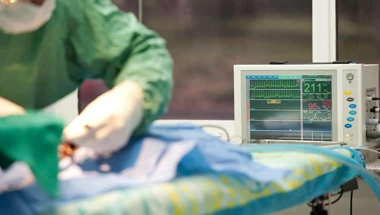 procedimiento quirúrgico en un hospital veterinario