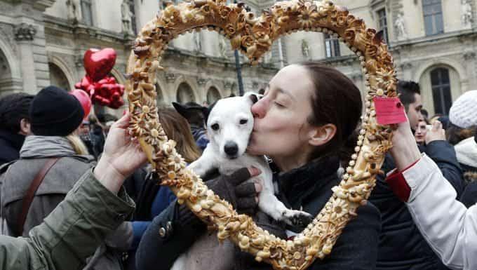 mujer besando perro en el festival