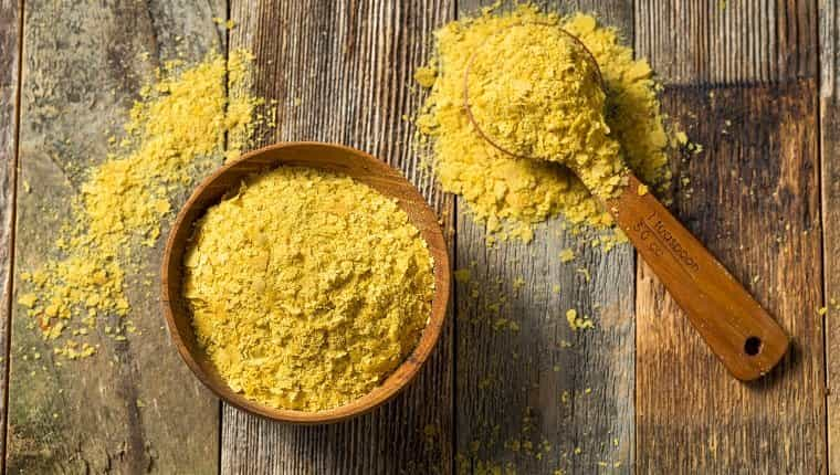 Levadura nutricional orgánica amarilla cruda en un recipiente
