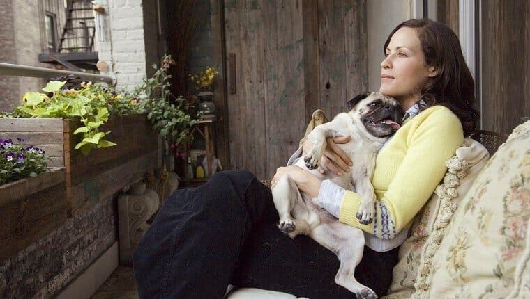 mujer sentada con perrito